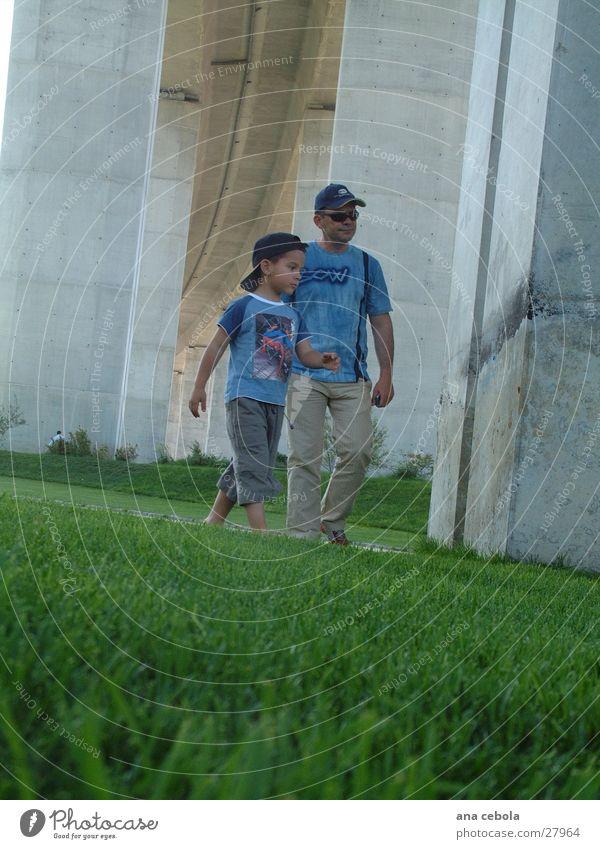 family under the bridge Familie & Verwandtschaft Mann Vater und Sohn laufen Garten Erholung