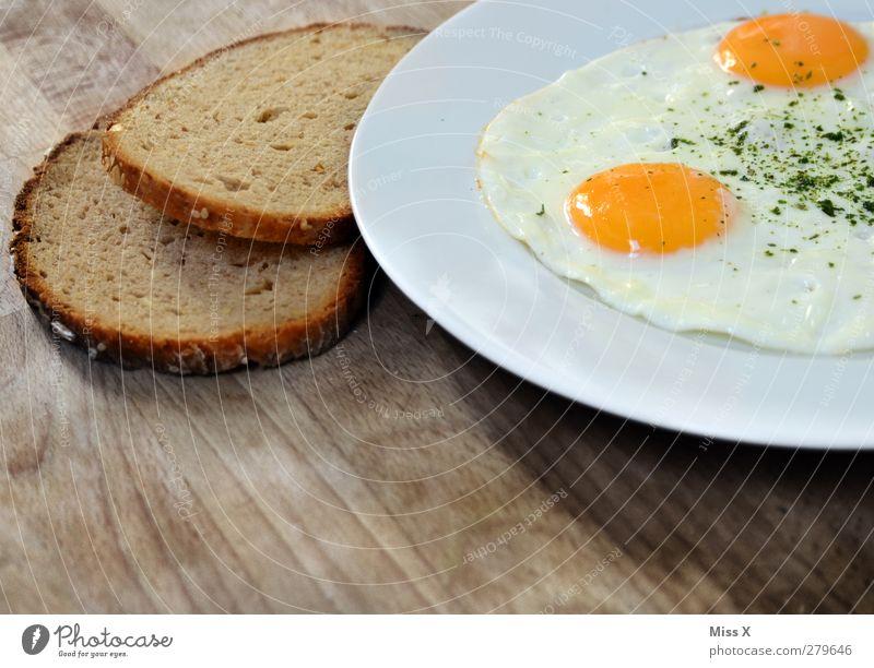 Frühstück weiß gelb Lebensmittel Ernährung lecker Brot Teller Abendessen Mittagessen rustikal Holztisch Hühnerei Spiegelei Brotscheibe
