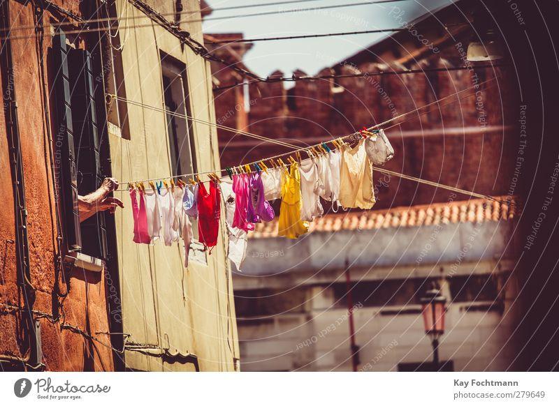 ° Lifestyle Ferien & Urlaub & Reisen Tourismus Ausflug Sightseeing Städtereise Sommer Sommerurlaub Häusliches Leben Wäscheleine Wäsche waschen Frau Erwachsene