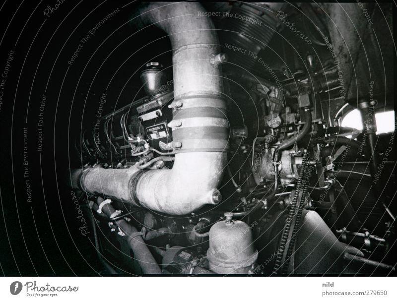 Maschinenraum Motor Technik & Technologie Eisenbahn Lokomotive stark schwarz Platzangst Kraft Macht Antrieb Röhren Schwarzweißfoto Innenaufnahme Detailaufnahme