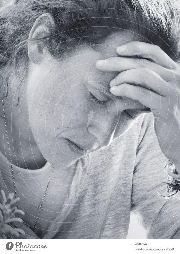 Frau stützt Kopf mit der Hand - Auszeit Junge Frau Jugendliche Mensch Erschöpfung Denken Erholung schlafen Traurigkeit Krankheit Müdigkeit Enttäuschung