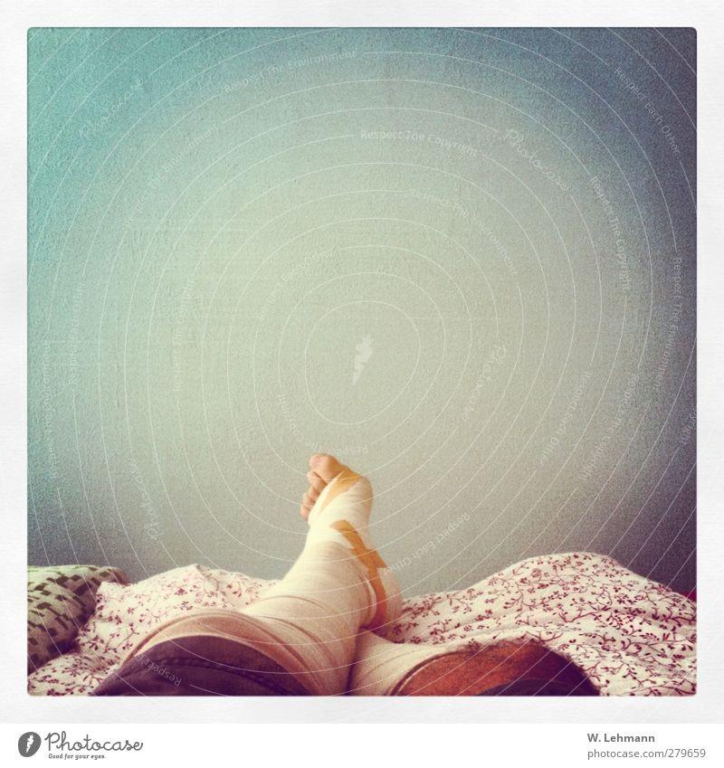 Verband Mensch maskulin Mann Erwachsene Beine 1 30-45 Jahre Selbstbeherrschung Heftpflaster Farbfoto mehrfarbig Innenaufnahme Experiment Menschenleer Morgen