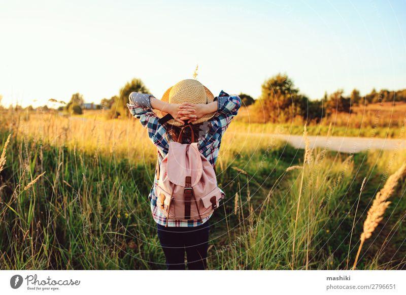 fröhliches Kind Mädchen, das auf dem Sommerland spazieren geht. Lifestyle Freude Freizeit & Hobby Ferien & Urlaub & Reisen Ausflug Abenteuer Freiheit Expedition