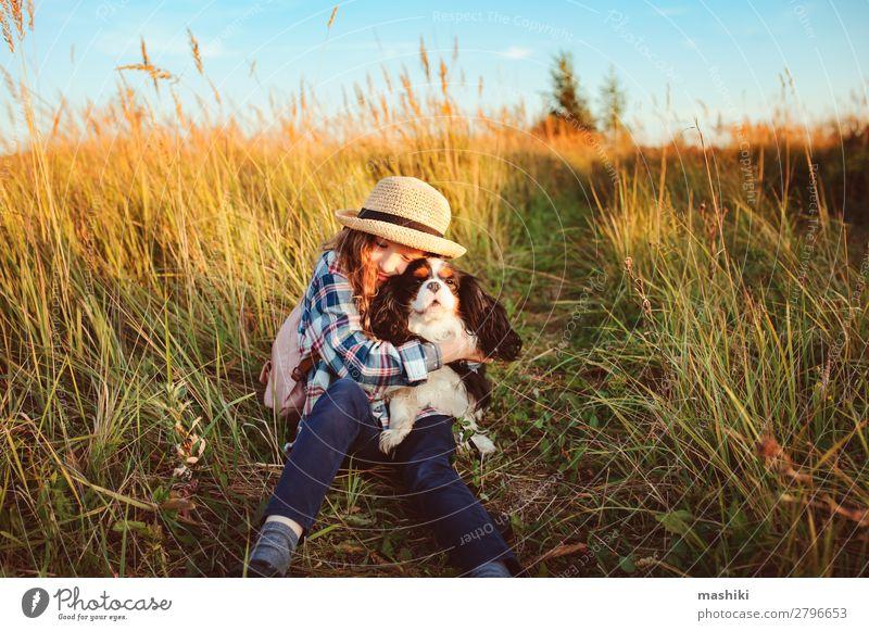 glückliches Kind Mädchen genießt Sommerferien mit ihrem Hund Lifestyle Freude Freizeit & Hobby Spielen Ferien & Urlaub & Reisen Ausflug Abenteuer Freiheit