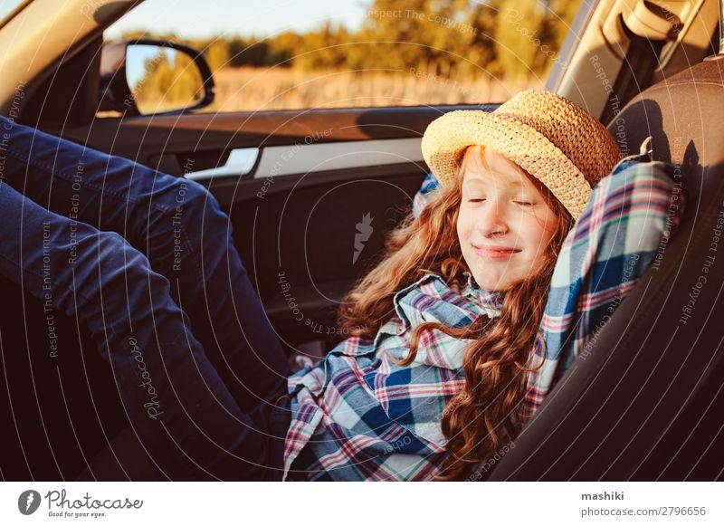 fröhliches Kind Mädchen entspannend im Auto während der Sommer-Roadtrip Lifestyle Freude Glück Freizeit & Hobby Spielen Ferien & Urlaub & Reisen Ausflug