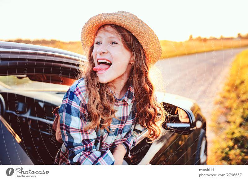 fröhliches Kind Mädchen, das aus dem Autofenster schaut. Lifestyle Freude Freizeit & Hobby Ferien & Urlaub & Reisen Ausflug Abenteuer Freiheit Expedition Sommer