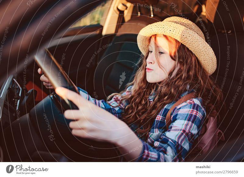 lustiges Kind Mädchen spielt Fahrer, sitzt auf dem Vordersitz im Auto Lifestyle Freude Glück Freizeit & Hobby Spielen Ferien & Urlaub & Reisen Ausflug Abenteuer