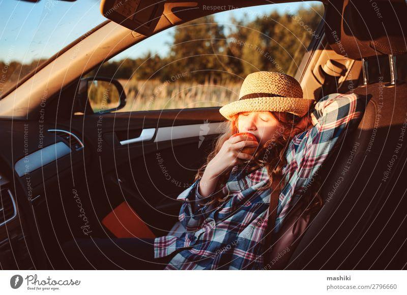 Fröhliches Kind Mädchen isst Apfel im Auto. Lifestyle Freude Glück Freizeit & Hobby Spielen Ferien & Urlaub & Reisen Ausflug Abenteuer Freiheit Expedition