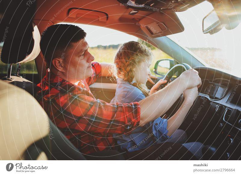 Vater lehrt Kind Tochter, ein Auto zu fahren. Lifestyle Freude Glück Erholung Ferien & Urlaub & Reisen Ausflug Sommer Eltern Erwachsene Familie & Verwandtschaft