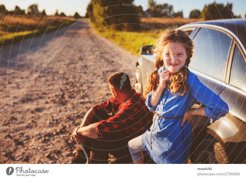 Vater und Tochter beim Reifenwechsel Sommer Kind Schule Arbeit & Erwerbstätigkeit Motor Mann Erwachsene Eltern Familie & Verwandtschaft Verkehr Straße Fahrzeug
