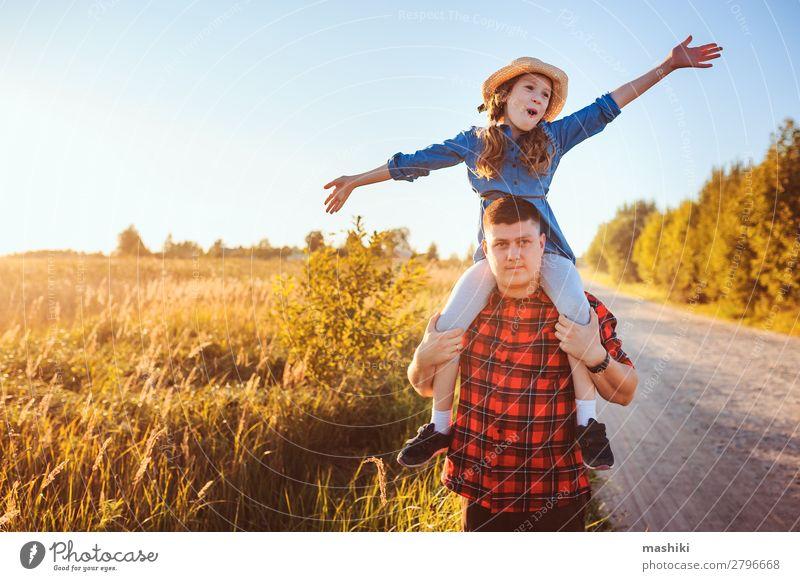 Glücklicher Vater und Tochter, die auf der Sommerwiese spazieren gehen. Lifestyle Freude Leben Erholung Spielen Ferien & Urlaub & Reisen Freiheit Sonne