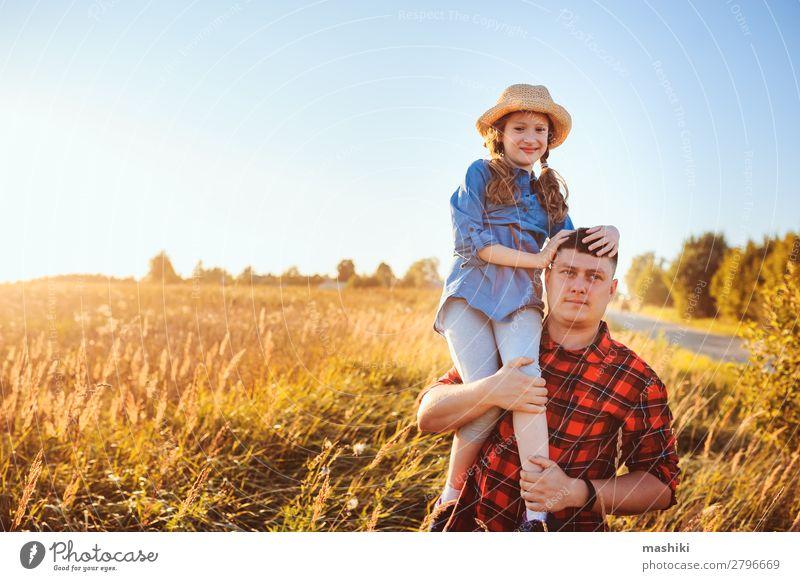 Glücklicher Vater und Tochter, die auf der Sommerwiese spazieren gehen. Lifestyle Freude Erholung Ferien & Urlaub & Reisen Freiheit Kindererziehung Mann
