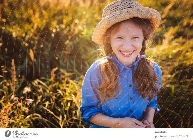 fröhliches Mädchen in blauem Kleid und Stroh, das im Sommer spazieren geht Lifestyle Freude Glück Leben Erholung Freizeit & Hobby Spielen