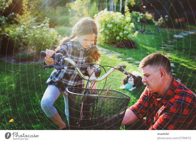 Vater und Tochter beheben Probleme mit dem Fahrrad im Freien Lifestyle Glück Freizeit & Hobby Ferien & Urlaub & Reisen Sommer Sport Kindererziehung Schule
