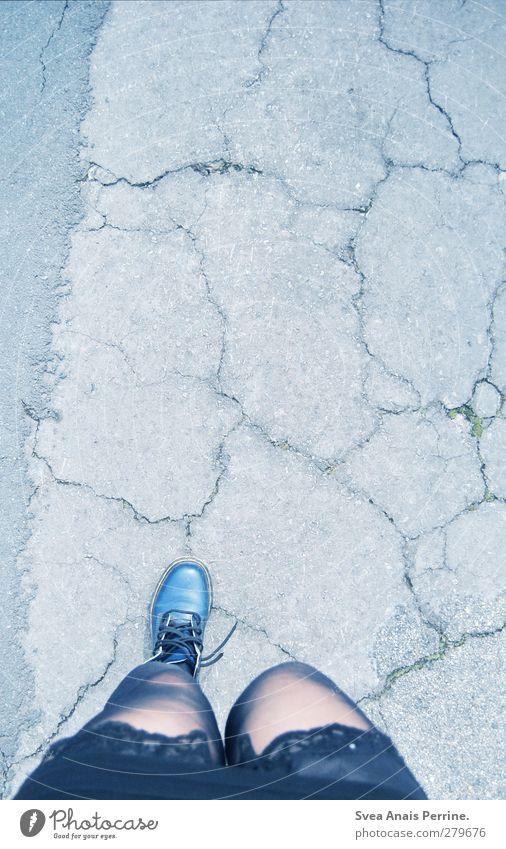 unterwegs. Mensch Jugendliche blau Erwachsene Straße feminin Junge Frau Beine Fuß 18-30 Jahre Schuhe laufen Kleid Asphalt Rock Stiefel