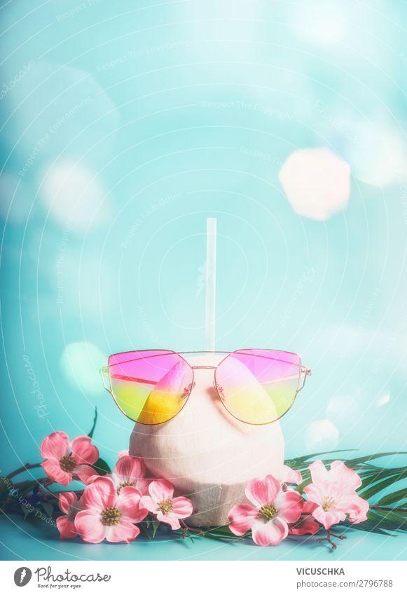 Frisches Kokosnuss Cocktail mit rosa Sonnenbrille Ferien & Urlaub & Reisen Sommer Blume Strand Hintergrundbild Lifestyle Stil Design Abenteuer Getränk