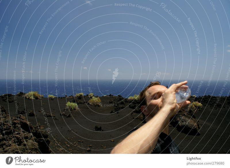 Durst Icke Trinken Erfrischung Getränk trinken Trinkwasser Gesundheit maskulin 1 Mensch Umwelt Natur Landschaft Erde Feuer Wasser Himmel Wolkenloser Himmel