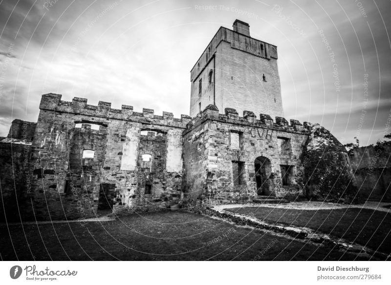 Doe Castle Himmel alt Ferien & Urlaub & Reisen weiß Einsamkeit Wolken schwarz Fenster Wand Architektur Mauer leuchten Abenteuer Bauwerk Burg oder Schloss Ruine
