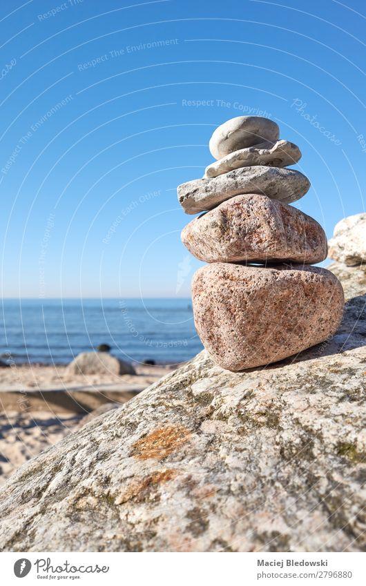 Ein Stapel Steine an einem Strand. harmonisch Zufriedenheit Erholung Meditation Sommer Meer Natur Himmel Felsen blau Akzeptanz Vertrauen Gelassenheit geduldig