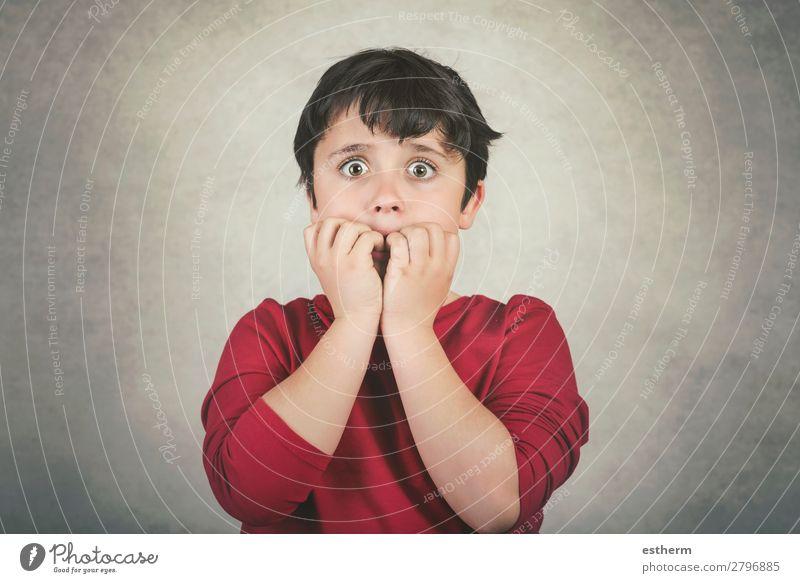 beängstigendes Kind, das sich in die Fingernägel beißt. Mensch maskulin Kleinkind Kindheit 1 8-13 Jahre berühren Traurigkeit Neugier verrückt Gefühle Sorge