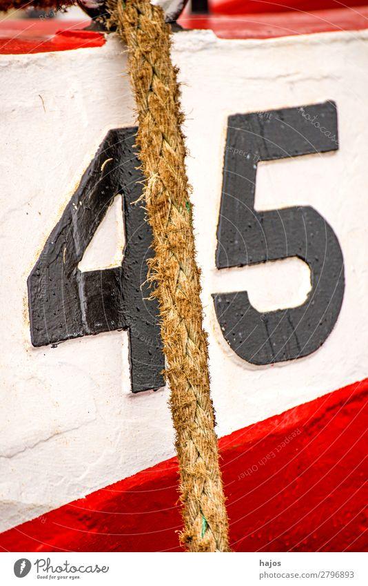Festmacherleine an einem rot-weißen Fischkutter Design Schifffahrt Fischerboot maritim Nummer 45 verzurrt Hafen verankert festgemacht alt Trawler bunt Boot