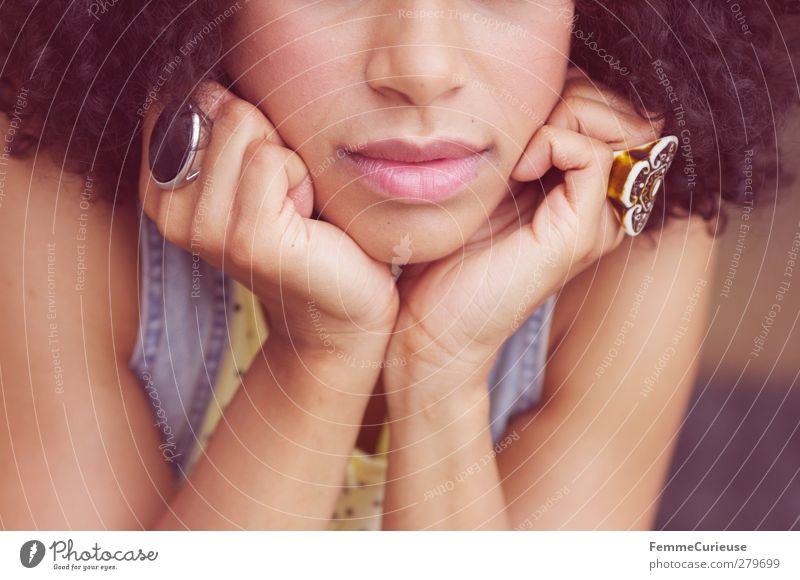 Aufgestützt. Mensch Frau Jugendliche Hand schön Erwachsene Gesicht feminin Junge Frau Haare & Frisuren Stil 18-30 Jahre Haut Mund Lifestyle einzigartig