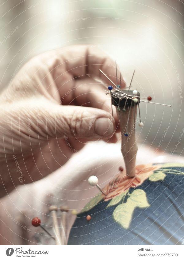 Hand einer Seniorin beim Klöppeln Freizeit & Hobby Handarbeit klöppeln Finger fleißig Ausdauer Stecknadel Klöppelsack Magnet greifen Hautfalten