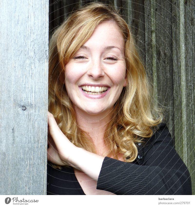 Die gute Laune Frau Natur Jugendliche schön Freude Erwachsene feminin Junge Frau Holz lachen 18-30 Jahre Tür Feld blond Energie Fröhlichkeit