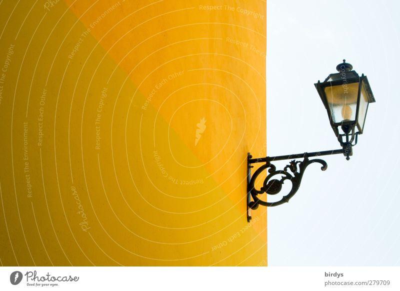 Straßenlaterne auf Q grün Stadt schön Farbe gelb Wand Mauer Beleuchtung Fassade modern ästhetisch retro Sauberkeit Straßenbeleuchtung Symmetrie Originalität