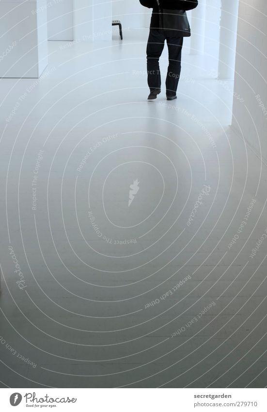 tschüss, ne?! Mensch Jugendliche weiß Einsamkeit kalt Wand Gebäude Junger Mann gehen Raum laufen maskulin Boden Spaziergang Bodenbelag Museum