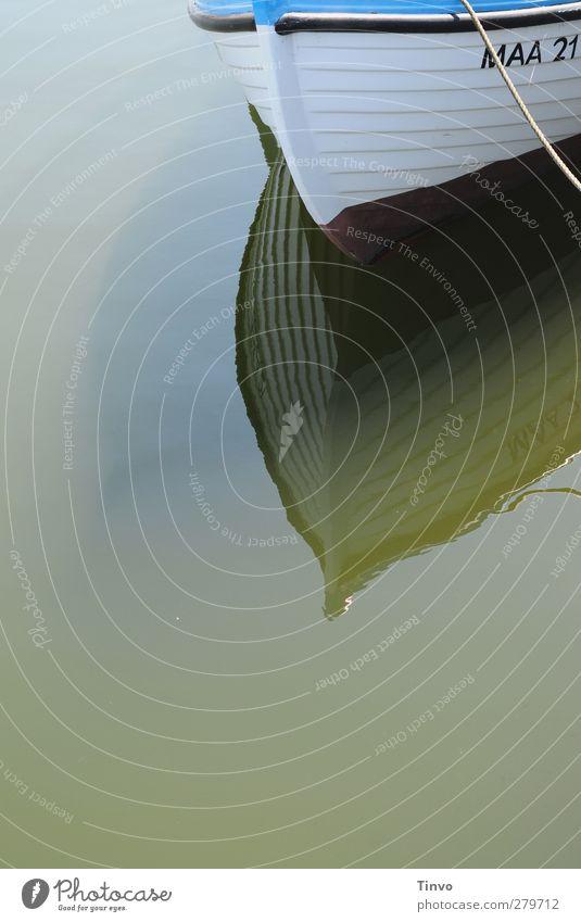 MAA 21 Fischerboot Wasserfahrzeug Hafen blau weiß ruhig dümpeln Holzboot Seil Schiffsbug Wasseroberfläche Farbfoto Detailaufnahme Menschenleer