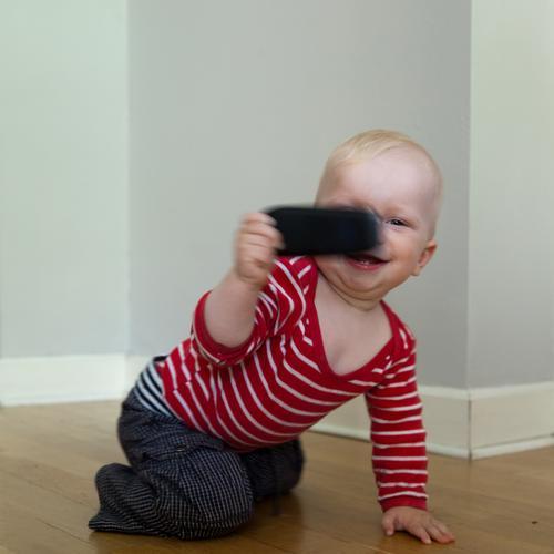 digital native Mensch Kind Spielen Junge Glück Innenarchitektur Wohnung Baby maskulin authentisch Beginn Fröhlichkeit Technik & Technologie Kommunizieren
