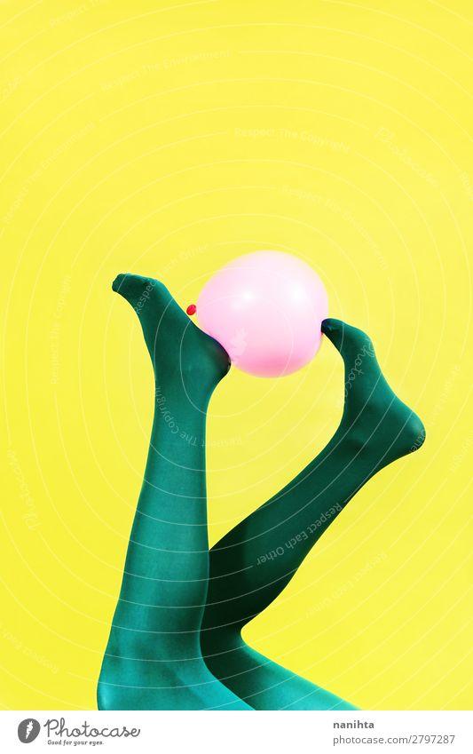 Grüne Beine einer Frau, die einen rosa Ballon hält. Design Körper Zufriedenheit feminin Erwachsene Kunst Strumpfhose Luftballon ästhetisch Coolness Erotik