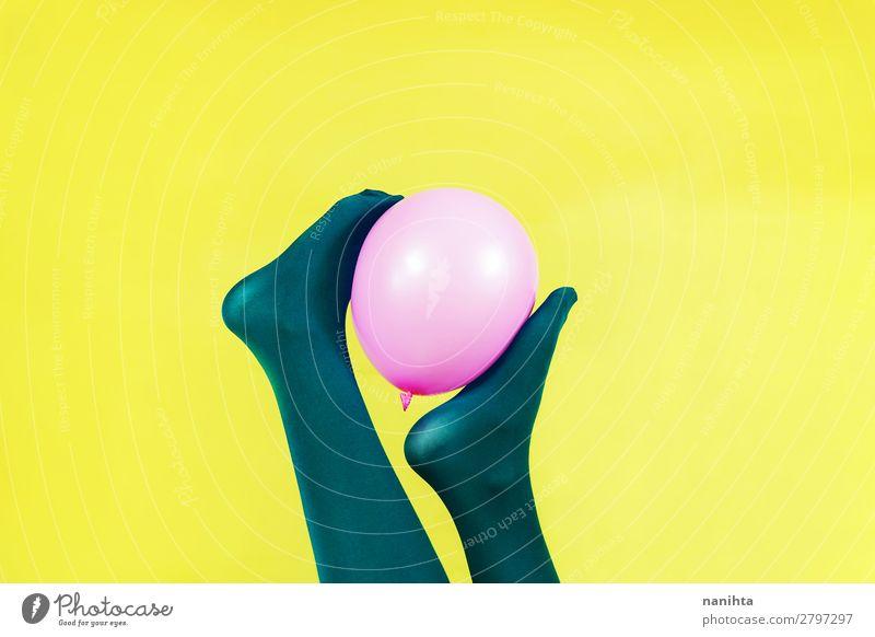 Grüne Beine einer Frau, die einen rosa Ballon hält. Stil Design exotisch Körper Zufriedenheit feminin Erwachsene Fuß Kunst Strümpfe Strumpfhose Luftballon