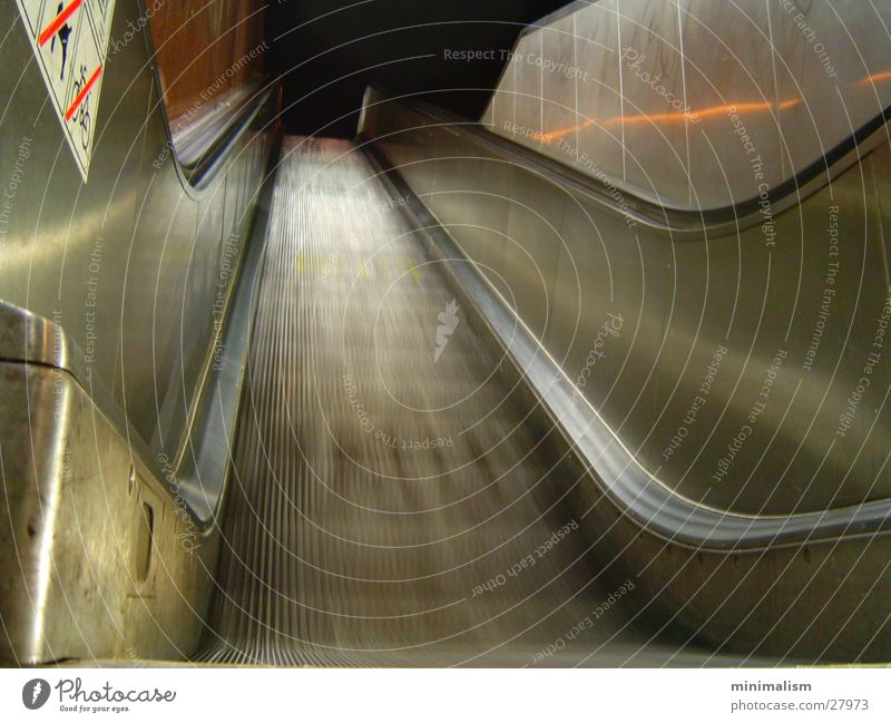 fahrt ins ungewisse dunkel kalt Bewegung Verkehr Treppe Dynamik Rolltreppe