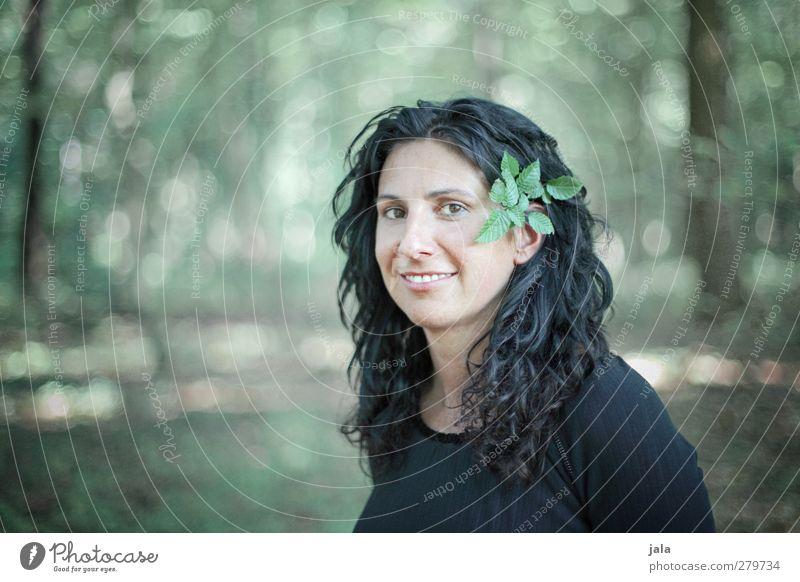 waldfee Mensch Frau Natur schön Pflanze Baum Blatt Erwachsene Wald feminin Zufriedenheit ästhetisch langhaarig schwarzhaarig Grünpflanze 30-45 Jahre