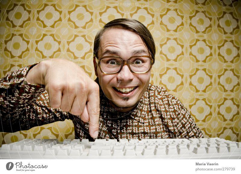Er tut es! Mensch Mann Freude Erwachsene Stil Büro Business Computer maskulin verrückt Technik & Technologie Brille Kommunizieren retro Bildung Student