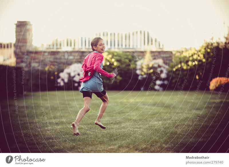 glückliche Kindheit Freude Glück feminin Mädchen Leben 1 Mensch 8-13 Jahre Garten Wiese Bewegung lachen laufen rennen schön natürlich rosa Fröhlichkeit