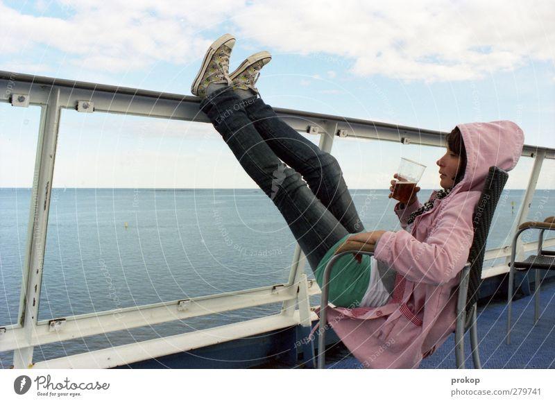 Bierchen auf dem Sonnendeck Mensch Frau Jugendliche Ferien & Urlaub & Reisen schön Sommer Meer Erwachsene Erholung Ferne feminin Junge Frau Freiheit Stil