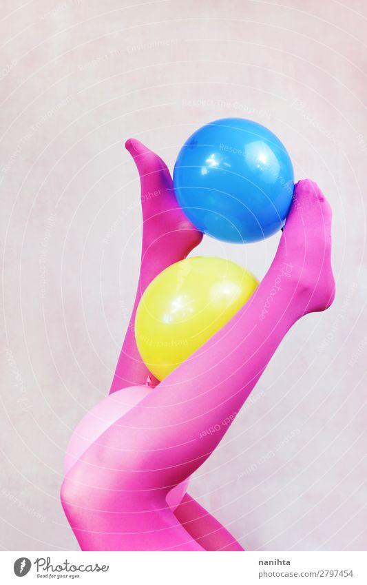 Pop Art über Beine mit rosa Strumpfhosen und Halteballons Stil Design Körper Freizeit & Hobby feminin Frau Erwachsene Kunst Mode Unterwäsche Luftballon