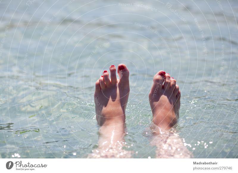 Sommerferien Jugendliche Wasser Ferien & Urlaub & Reisen Sommer Meer Mädchen Freude ruhig Erholung feminin Küste Fuß Schwimmen & Baden liegen Wellen nass