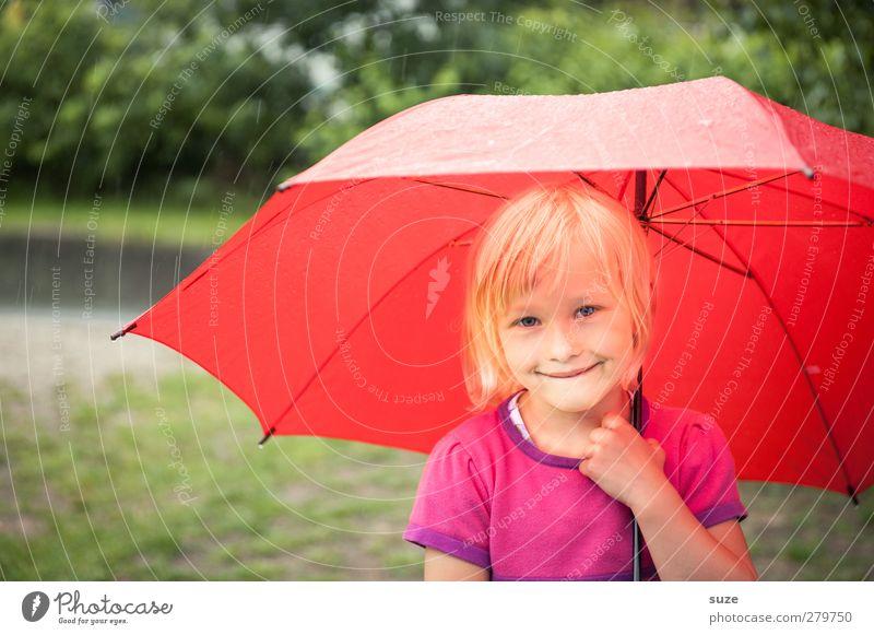 Sonnenschein im Regen Mensch Kind grün rot Mädchen Gesicht Haare & Frisuren klein Kopf Mode Wetter blond Kindheit Freizeit & Hobby stehen Lifestyle