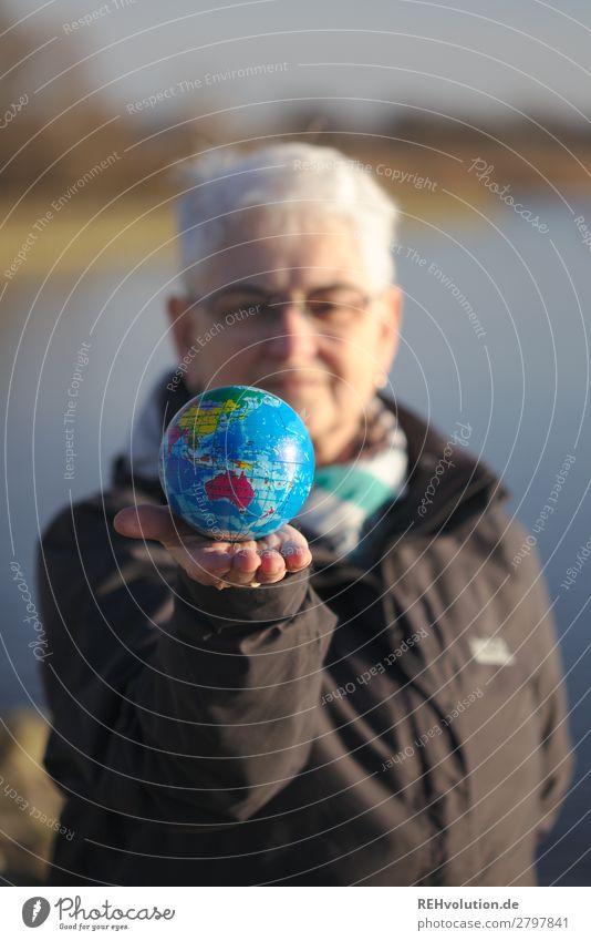 Seniorin hält eine Weltkugel Erde Globus 60 und älter Großmutter Weiblicher Senior Umweltverschmutzung Umweltschutz natürlich Planet Klimawandel Natur Farbfoto