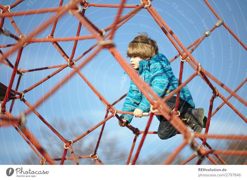 Junge klettert auf dem Spielplatz Freizeit & Hobby Spielen Mensch Kind Kindheit 1 3-8 Jahre Himmel Wolkenloser Himmel Frühling Schönes Wetter Jacke Bewegung