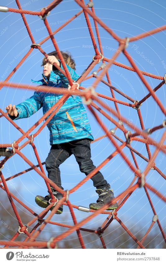 Kind klettert auf dem Spielplatz Freizeit & Hobby Spielen Mensch maskulin Junge 1 3-8 Jahre Kindheit Bewegung Erfolg Gesundheit Glück hoch klein natürlich