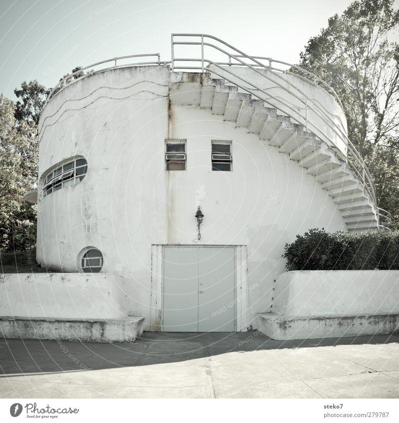 symmetrisch asymmetrisch Turm Gebäude Architektur Treppe Fassade Fenster Tür außergewöhnlich rund Stadt weiß Hafengebäude Mauer Gedeckte Farben Außenaufnahme