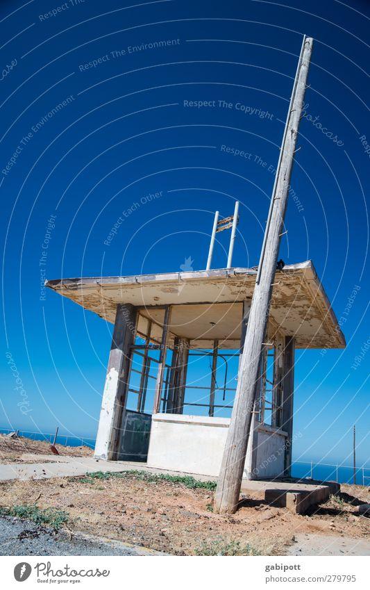 Pförtnerlounge Wolkenloser Himmel Schönes Wetter Kreta Menschenleer Haus Ruine Gebäude Architektur Fassade Beton Holz trashig blau braun geheimnisvoll Nostalgie