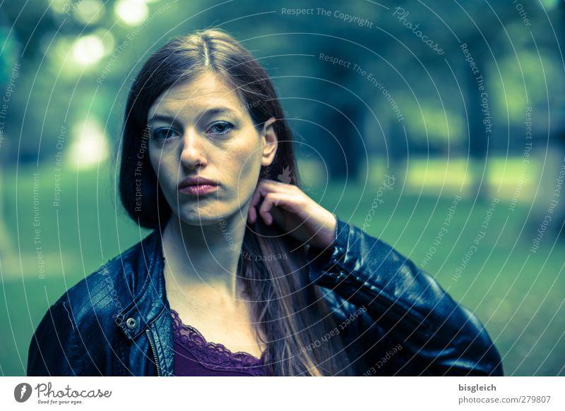 Katharina IX feminin Junge Frau Jugendliche Gesicht 1 Mensch 18-30 Jahre Erwachsene Lederjacke brünett langhaarig Blick grün schwarz Farbfoto Außenaufnahme