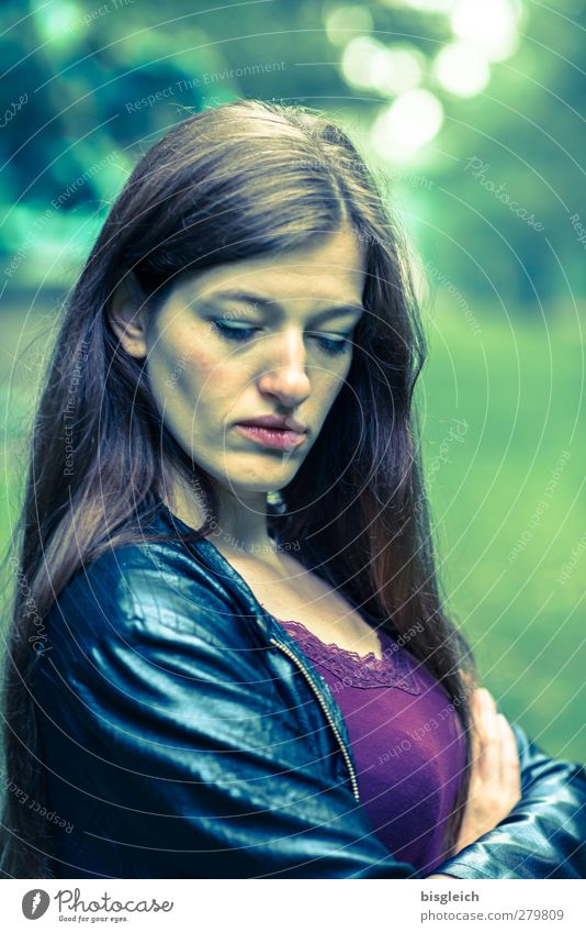 Katharina X feminin Junge Frau Jugendliche Gesicht 1 Mensch 18-30 Jahre Erwachsene Lederjacke brünett langhaarig stehen Coolness schön grün schwarz Müdigkeit