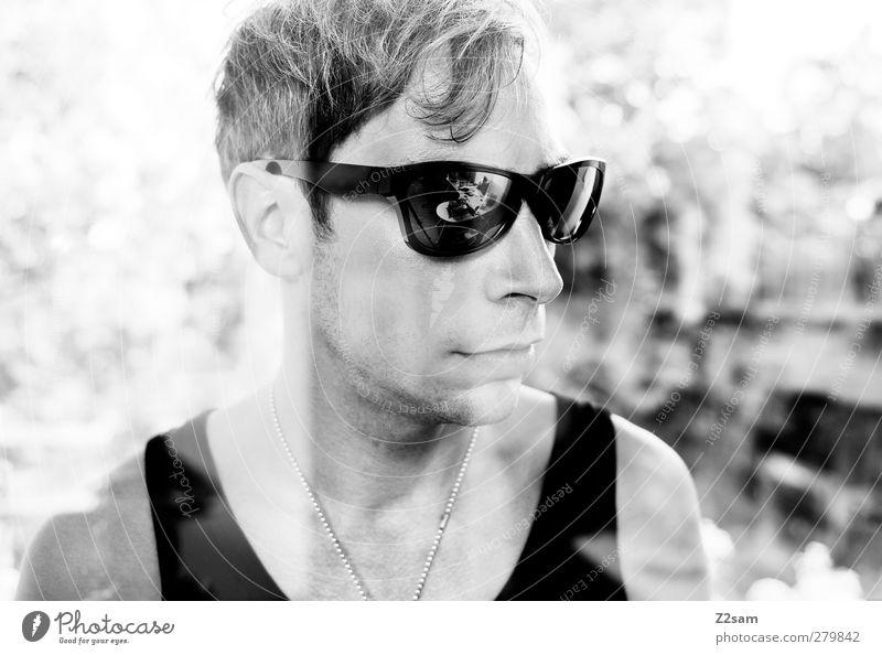 passend zum Wetter! Lifestyle Stil Mensch maskulin Junger Mann Jugendliche 1 18-30 Jahre Erwachsene Fenster Muskelshirt Accessoire Sonnenbrille Halskette